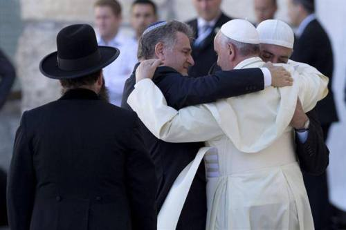 Abrazo de 3 religiones