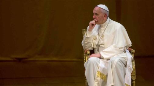 papa-francisco-sentado-mirando-hacia-lado-950x536