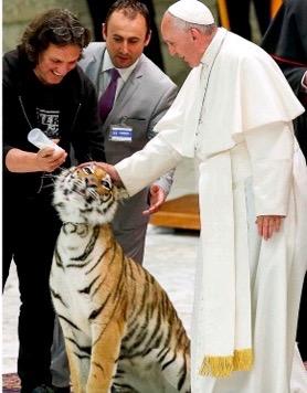 El-circo-invade-el-Vaticano-y-el-Papa-acaricia-pequeño-tigre (1)